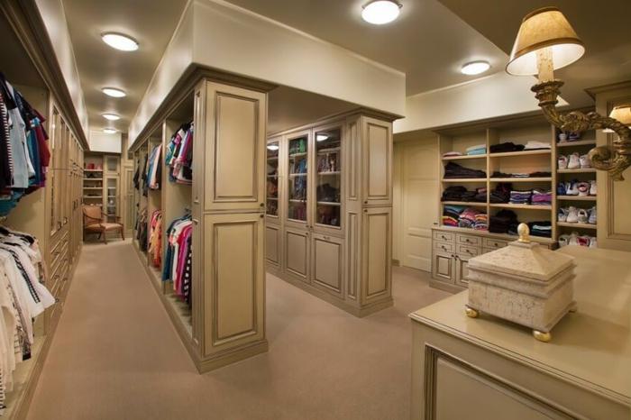 idée déco dressing, chambre dressing en couleur taupe, lampes encastrées