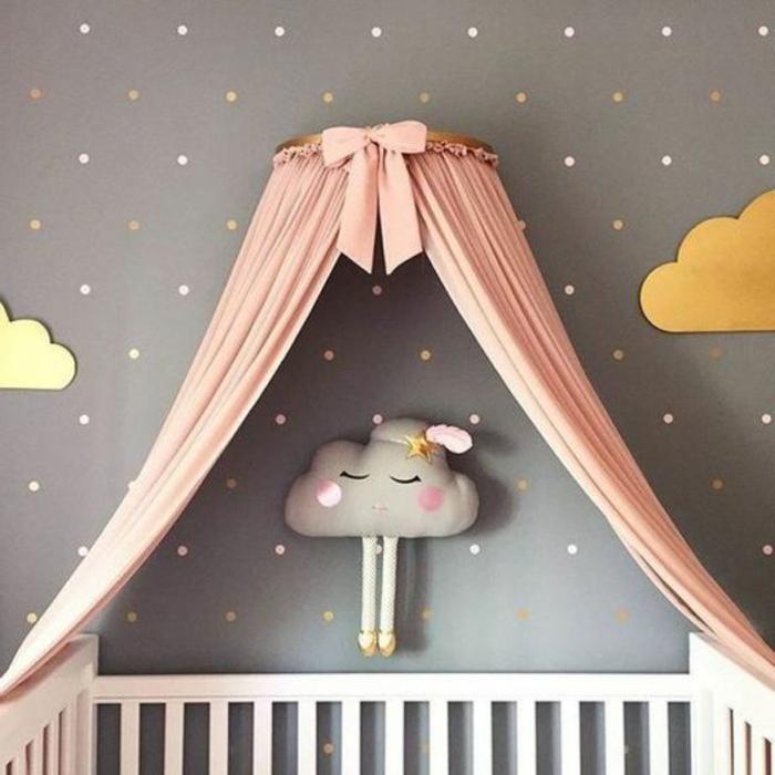 idée déco pour la chambre de bébé, peluche nuage au mur, tête de lit miraculeuse en rose