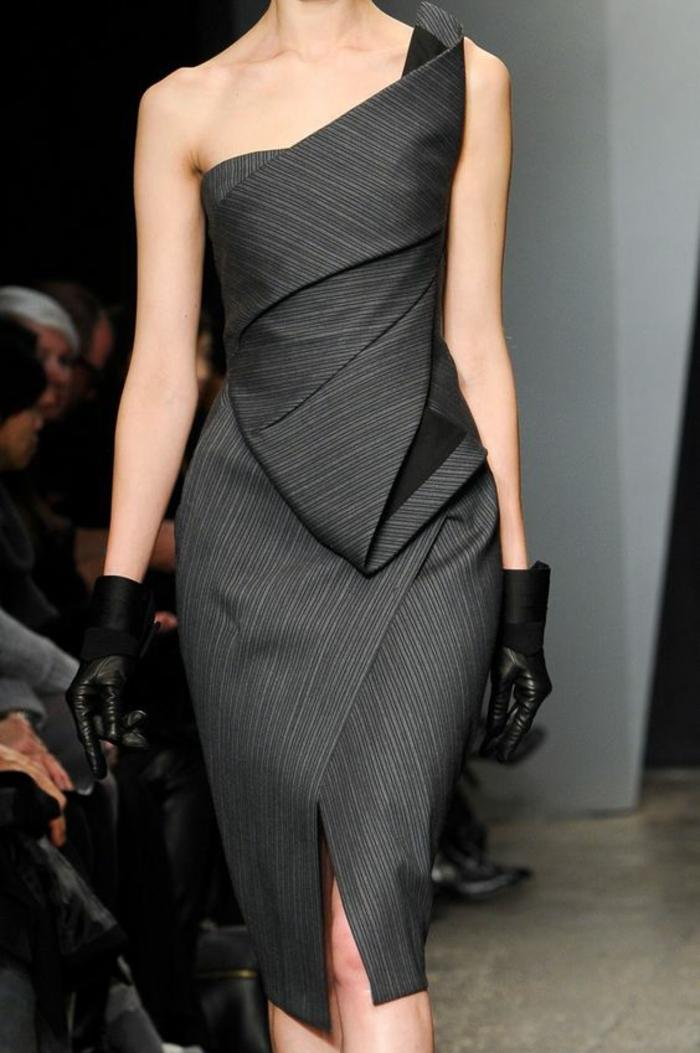 robe en gris anthracite, avec décolleté latéral, thème chic et choc, gants en cuir noir, effet fortement drapé sur la longueur devant et sur le buste spécialement