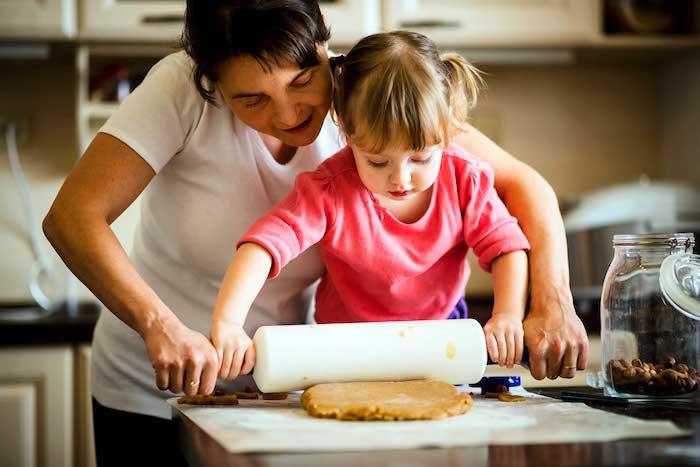 cuisiner avec son enfant, comment faire des biscuits, apprentissage vie pratique, cuisine créative, methode montessori activité