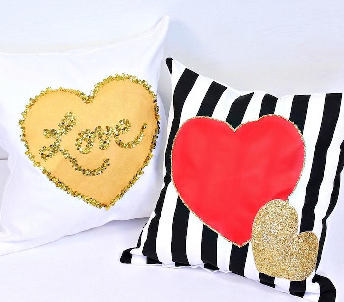idée cadeau copine, coussins décoratifs en blanc et noir avec motif de coeur rouge et coeur jaune en paillettes
