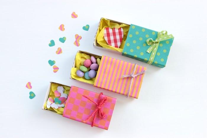 cadeau st valentin pour elle, des boites briquet miniatures en carton avec des bonbons colorés et confettis à l intérieur