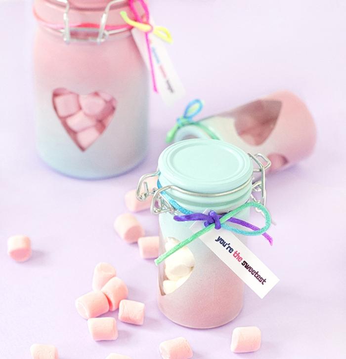 idee cadeau saint valentin, pot en verre miniature repeint de peinture bleue et rose avec des bonbons guimauves a l interieur