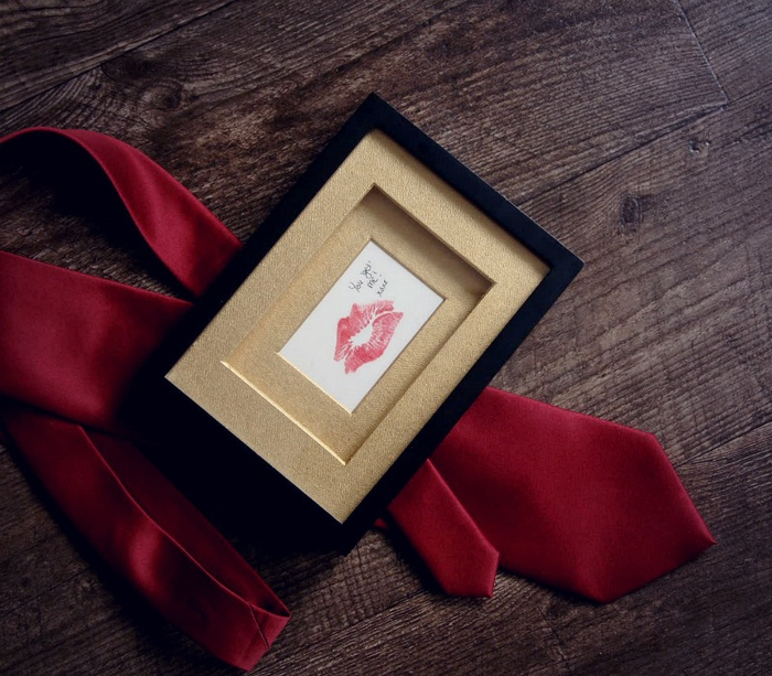 idée de cadeau pour homme pour la saint-valentin, comment réaliser un cadre personnalisé à empreinte de rouge à lèvres