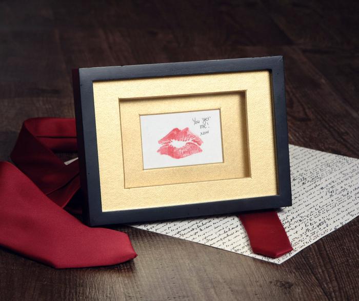 idée de cadeau pour homme pour la saint-valentin, réaliser un cadre personnalisé à empreinte de rouge à lèvres