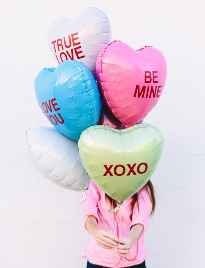 des ballons en forme de coeur customisés de lettres en papier rouge, cadeau pour sa copine typique