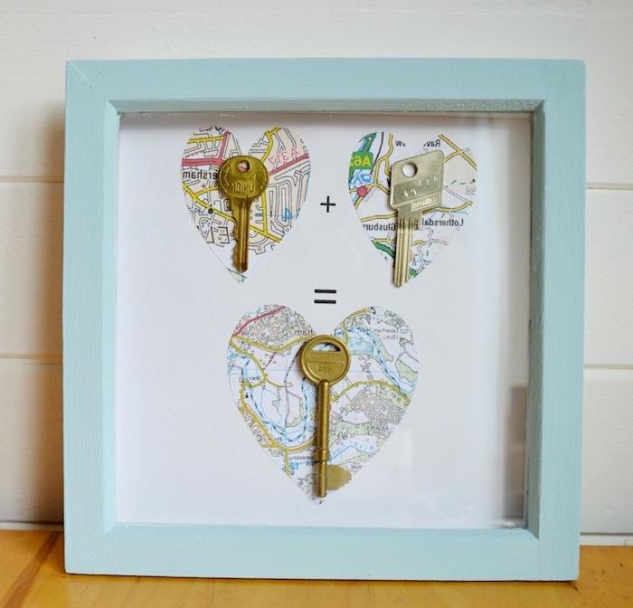 idée cadeau saint valentin, cadre bleu avec motif coeur en carte du monde et des clés, invitation de vivre ensemble