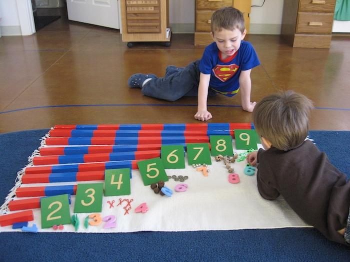apprendre à compter, rangement des blocs en bois par nombre, idée d activités montessori apprentissage enfant