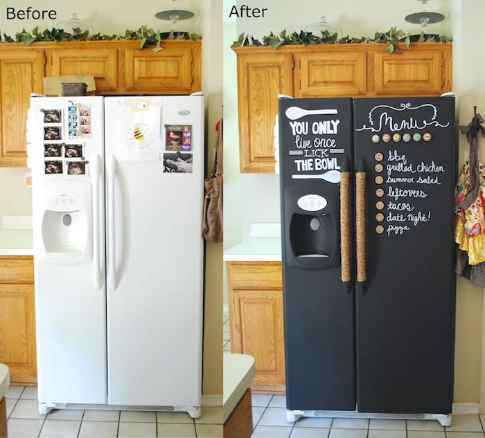 repeindre un frigo blanc en peinture ardoise noire aimantée, idée déco cuisine en bois avec accent original