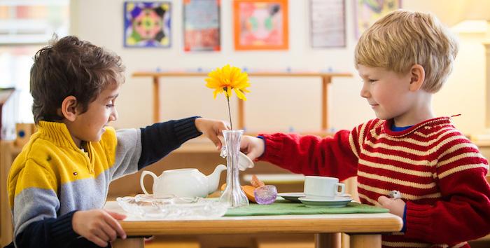 montessori methode activité pose thé comment ranger la table, idée d aptitudes vie pratique, apprentissage ludique