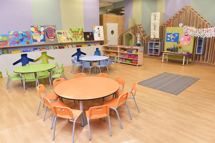 aménager un espace en maternelle avec la méthode montessori, des meubles bas à la taille des enfants, parquet clair, ambiance propice au développement