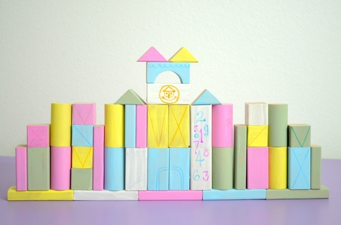 chateau en blocs de bois colorés en formes divers à ranger, idée développement pensée logique et motricité fine, activite enfant 3 ans