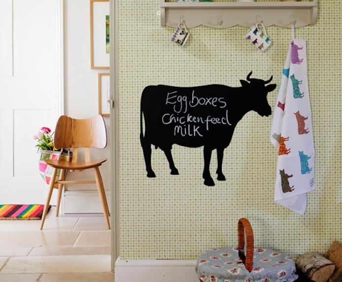 décoration d entrée d une maison campagne chic avec papier peint jaune, sol en pierre, chaise en bois et vache en peinture ardoise magnétique