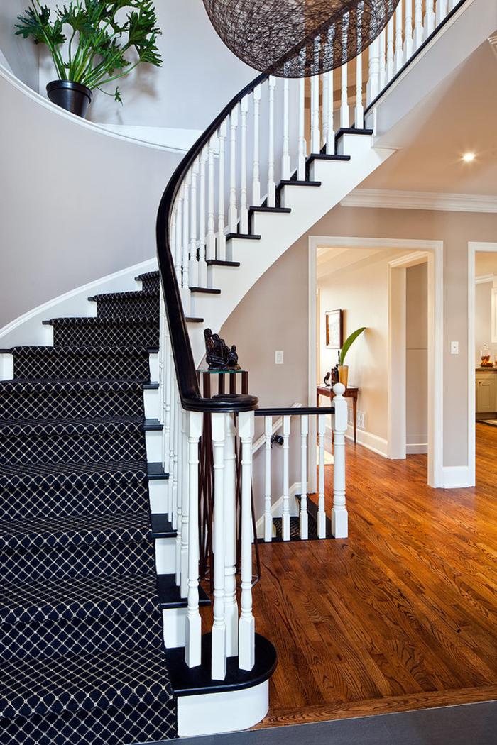 escalier repeint en blanc et noir aux marches et aux contre-marches contrastantes, revêtu de tapis à motif graphique