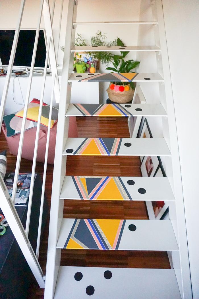 astuces déco pour renover un escalier droit avec un petit budget, des marches d'escalier décorées avec des motifs géométriques colorés au masking tape