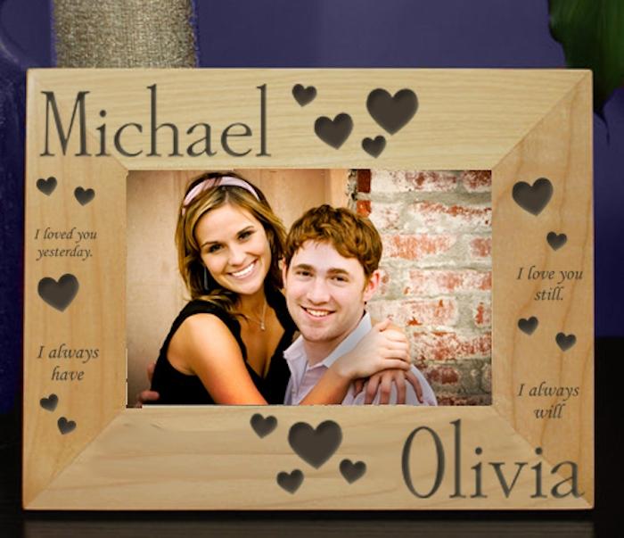 idée de diy cadre photo en vois avec prénoms de couple, texte et des coeurs, idée cadeau pour sa copine