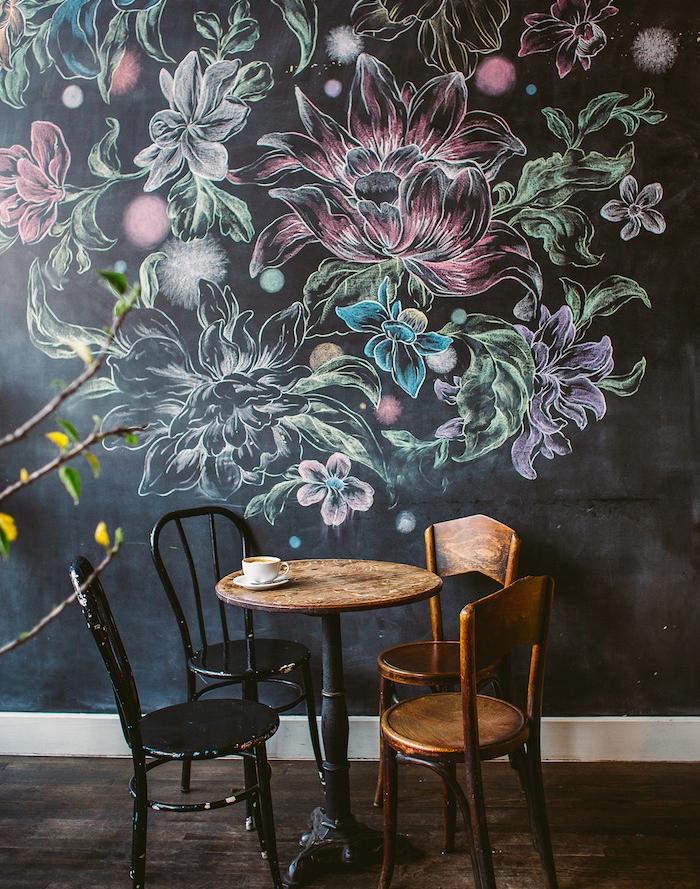 dessin de fleurs sur les murs d un café, fleurs colorées à la craie, parquet marron foncé, table et chaises en bois et métal style industriel