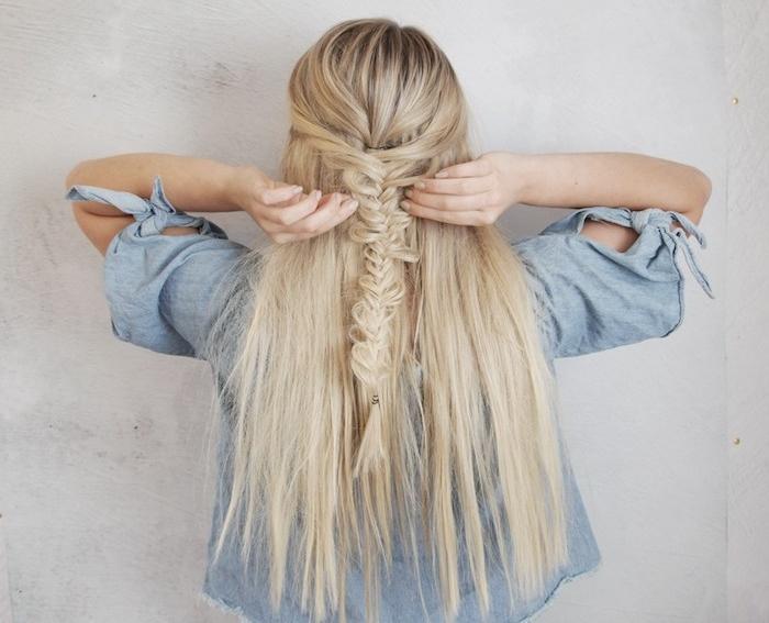 exemple de coiffure tresse epi originale sur des cheveux longs blond, veste en jean, look coachella