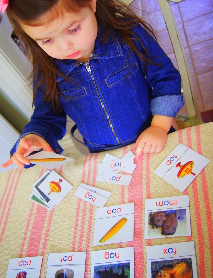 jeu d association pour apprendre l alphabet, associer une image à un texte, activités montessori d apprentissage