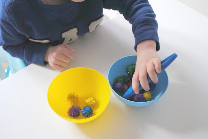 activité manuelle maternelle pour développement des capacités motrices, transfert de pompons d un bol dans un autre