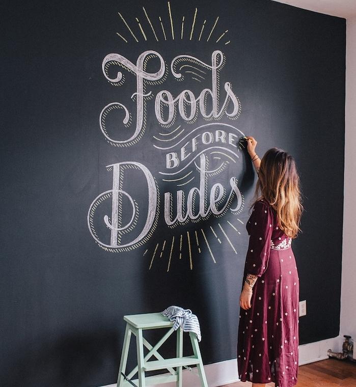 deco murale de peinture craie noire avec un dessins de citation originale, idée déco restaurant et cuisine