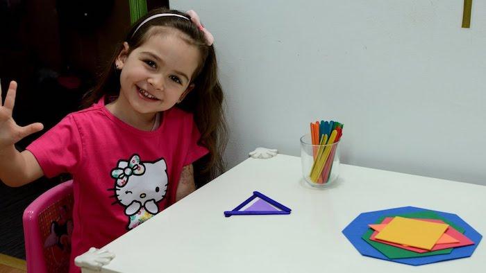 methode montessori apprendre à distinguer les couleurs et le formes, jeu d association avec des batonnets de glace et papier coloré