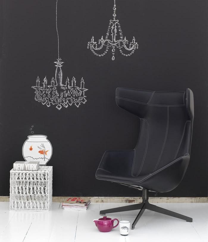 modele de mur décoré de peinture tableau noir à lustres dessinés à la craie blanche, chaise pivotante noire, parquet blancho
