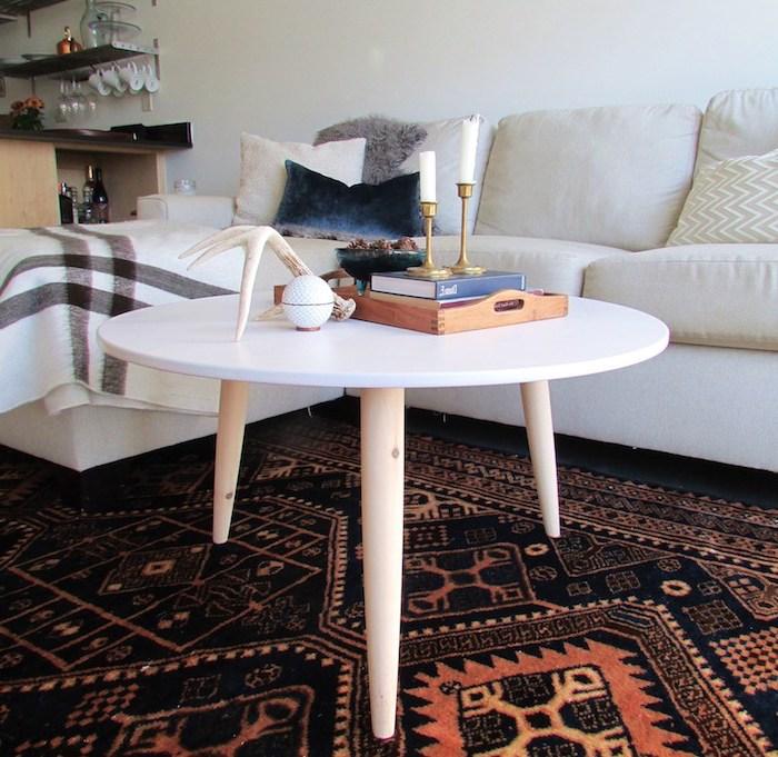 table basse diy en bois avec plateau rond blanc et pieds de bois, tapis oriental orange et noir, canapé blanc