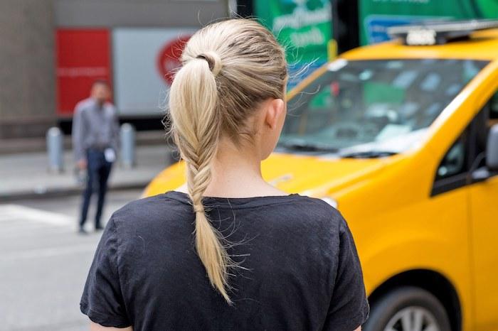 exemple de queue de cheval qui se prolongee en tresse en épi, idée originale de coiffure de tous les jours