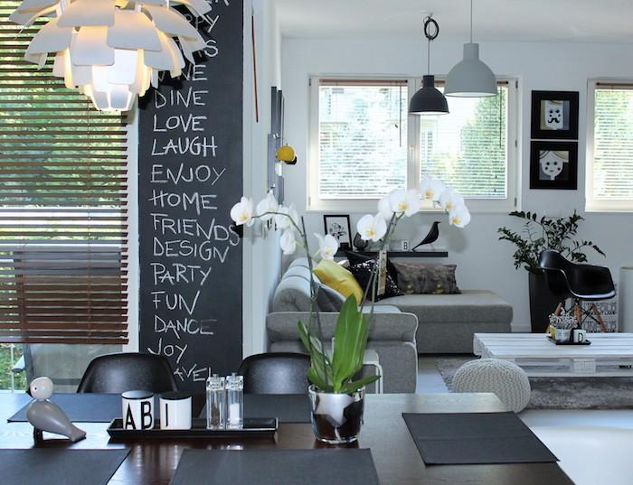 salon salle à manger artistique avec table basse en palette blanche, tapi gris, canapé d angle gris, table salle à manger en bois foncé, déco murale originale