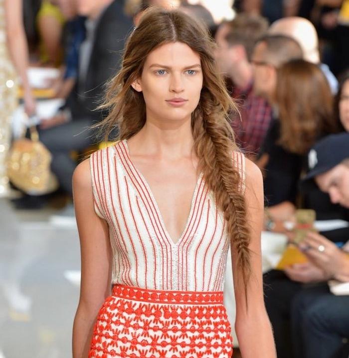 longue tresse épi sur le coté avec des mèches libres plus courtes, robe femme blanc et rouge motifs ethniques