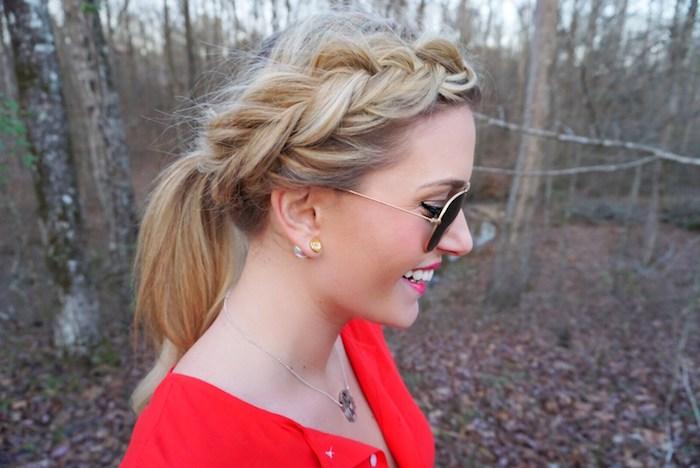 modele de tresse en épi intéressante sur le coté qui se prolonge en queue de cheval, coiffure pour cheveux mi long, lunettes de soleil design