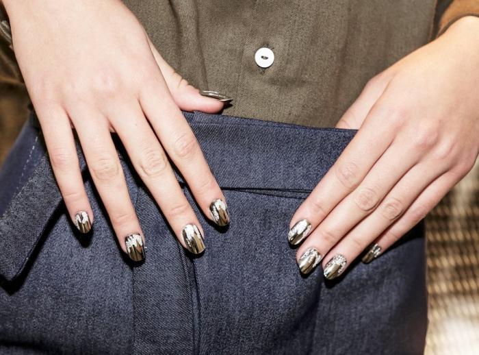 ongle gel mi-longs à design moderne en couleur marron et beige avec décoration noir et blanc