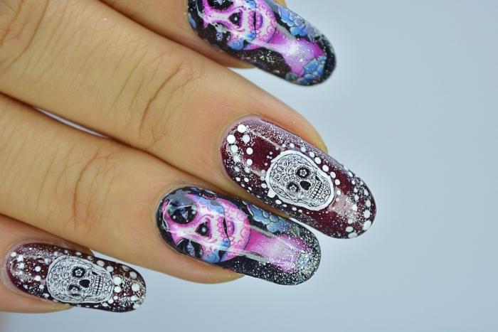 quelle manucure pour Halloween, modèle d'ongles en gel peints en couleurs foncées avec déco à motifs crânes