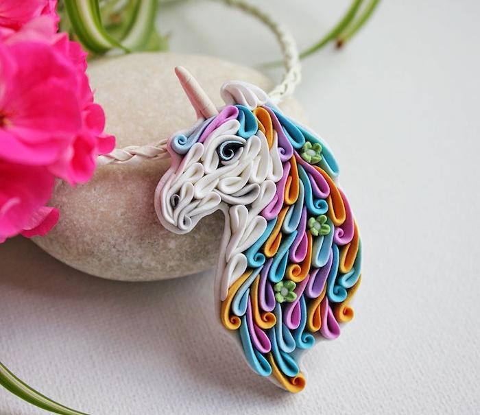 exemple de création en pate fimo plus élaborée, décoration licorne, style arc en ciel, technique pour réaliser une figurine colorée