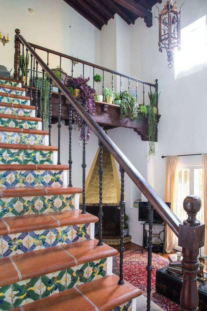 habillage escalier en terre cuite et carreaux de ciment colorés dans l'esprit bohème chic de l'escalier