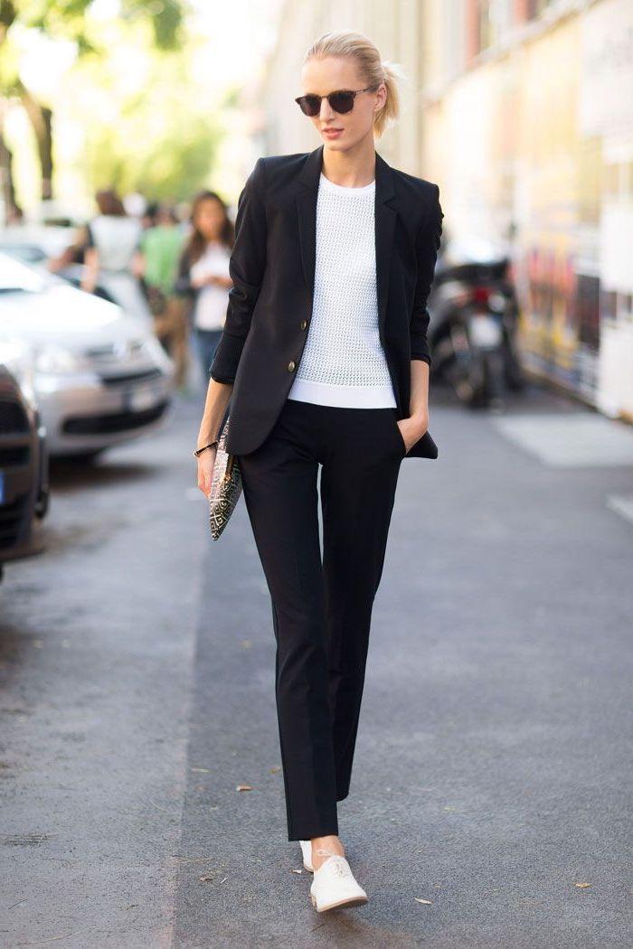 un tailleur femme de coupe classique en noir pour une silhouette élégante et intemporelle, combiné avec des derbies blanches pour un maximum de confort