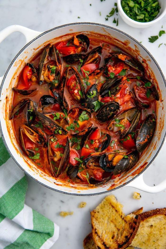 un menu st valentin inspiré de la cuisine méditerranéenne, plat principal de moules cuites à la vapeur à la sauce tomate
