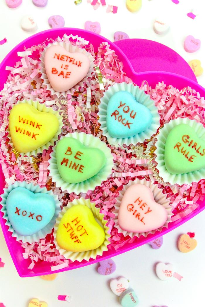 boîte gourmande personnalisée de petits fours au glaçage royal et à message d'amour, cadeau st valentin de dernière minute