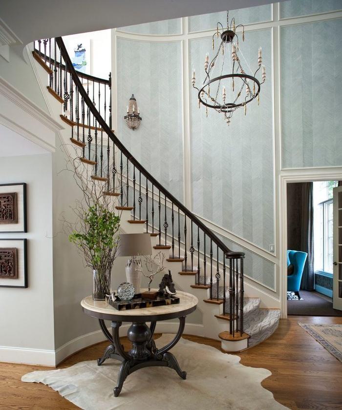 aménagement d'un hall d'entrée spacieux avec un escalier de style victorien, deco montee escalier en papier peint vintageà effet peinture