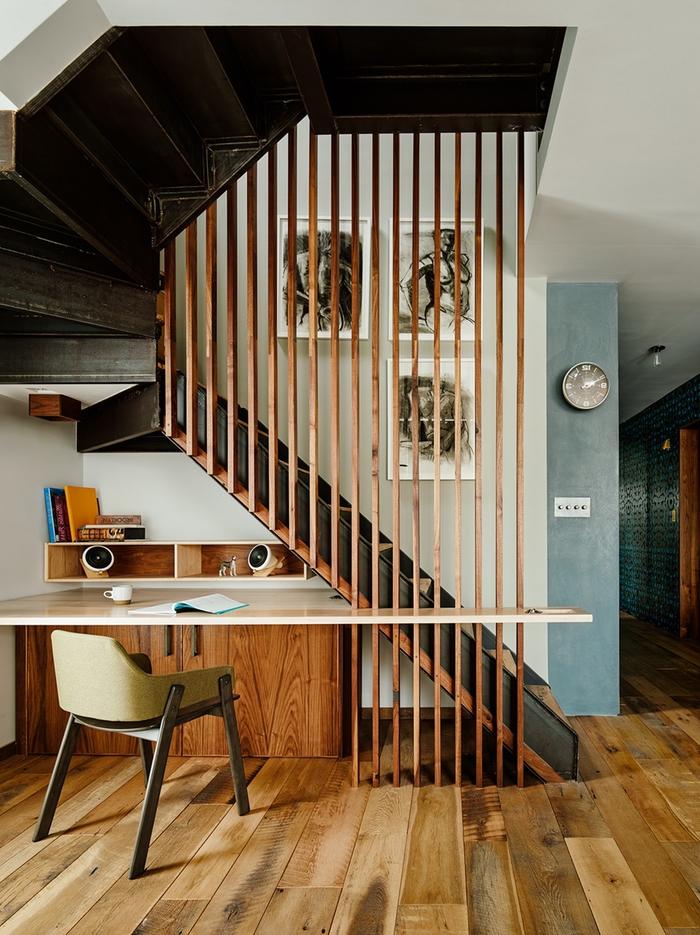 une cage d'escalier esthétique et fonctionnel avec un rempart bois au design contemporain munie d'un espace bureau