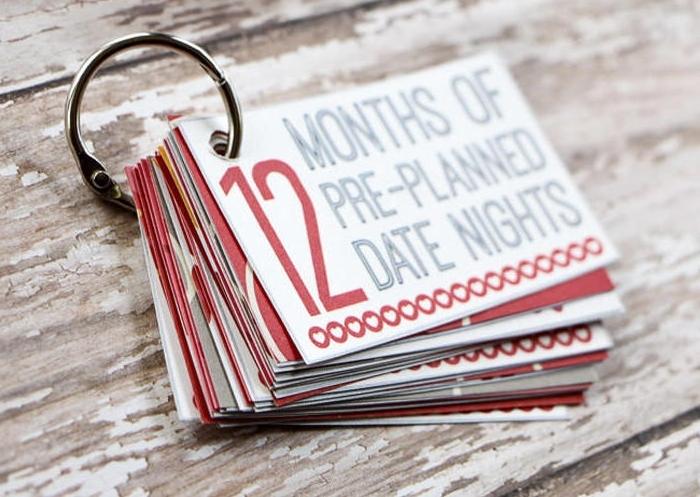 petite note avec 12 rendez vous en amoureux à organiser pendant les mois à venir, idee cadeau st valentin original