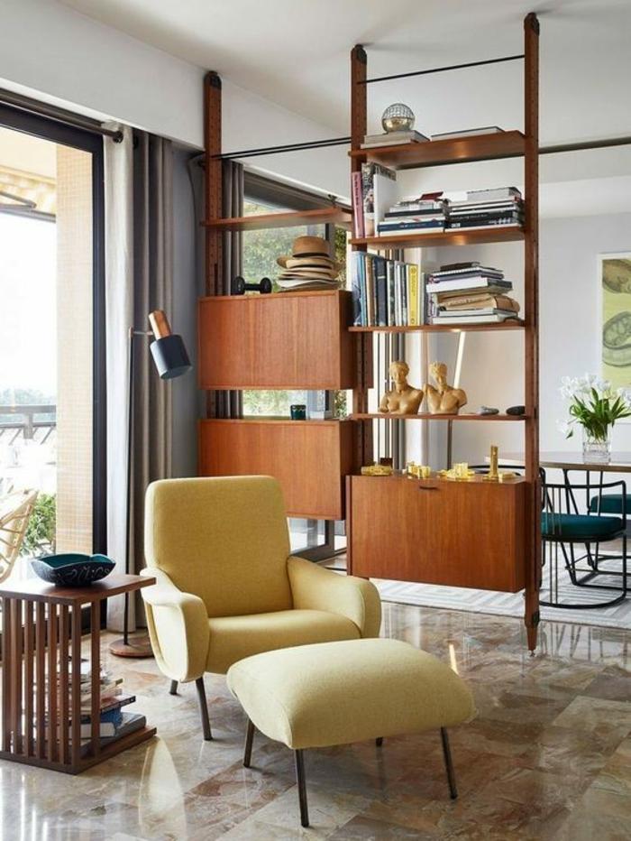 separateur de piece en forme d'étagères et d'espaces de rangement en bois marron, sol recouvert de dalles en marbre marron et blanc