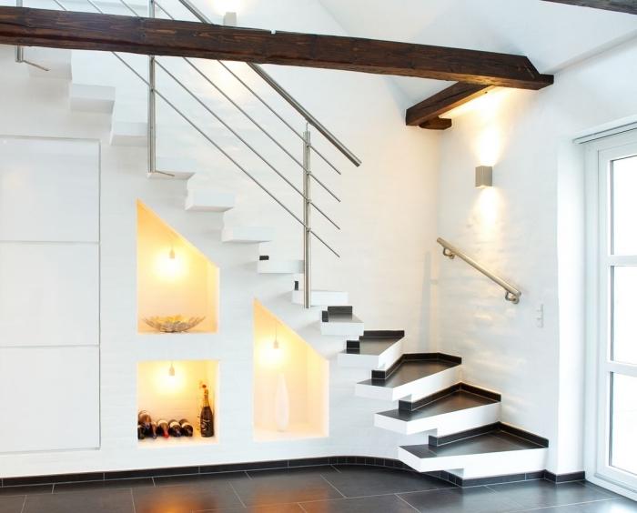 maison moderne aux murs blancs avec carrelage de sol noir et amenagement sous pente à éclairage et meubles sans poignées