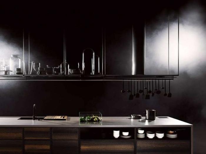 comment utiliser la couleur noire dans le design d'intérieur, cuisine ikea noire avec crédence beige et armoires en bois
