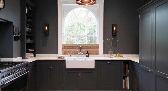comment aménager une petite cuisine aux murs noirs avec crédence à design marbre blanc et petite fenêtre