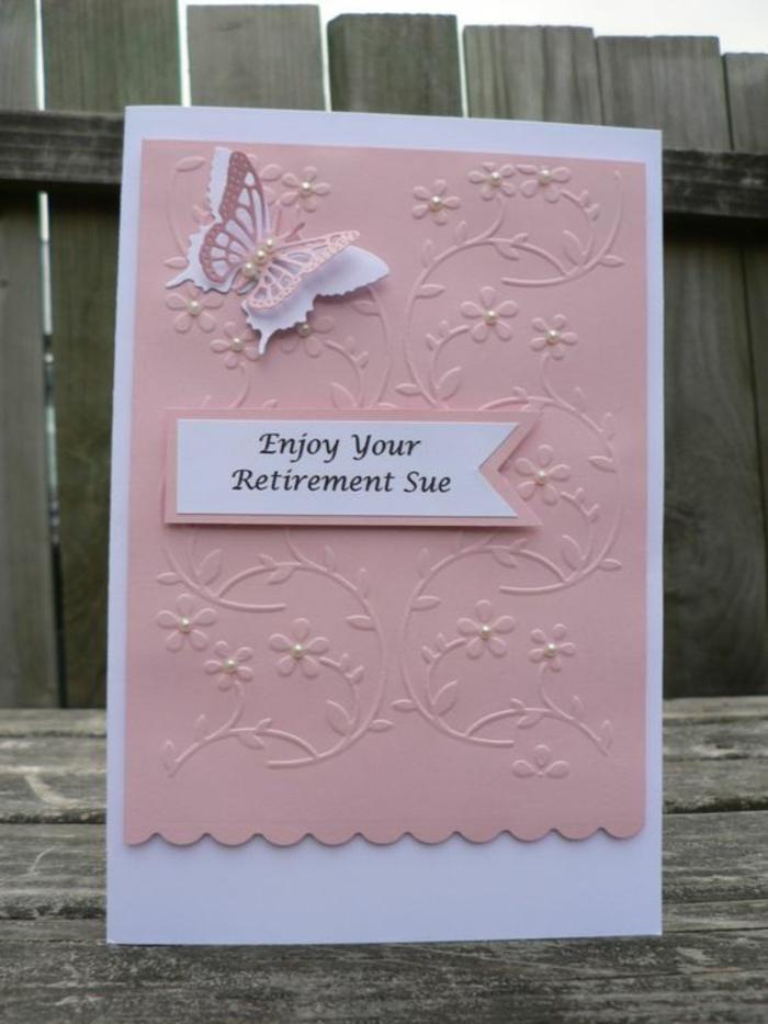 invitation départ en retraite, carte en blanc et rose, avec papillon qui déploie ses ailes devant, avec des petites perles décoratives et des petites fleurs en relief