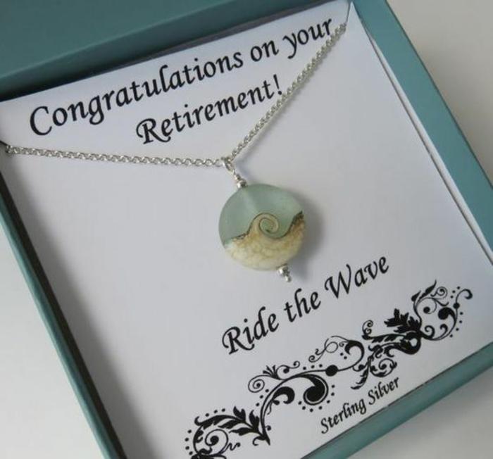 message depart retraite, Félicitations pour ta retraite, message en anglais avec un bijou, collier en argent avec deux pierres en forme d'onde spirale