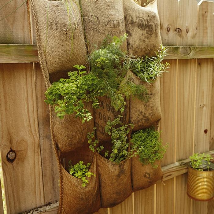 toile de jute transformée en jardin vertical, plantation de plantes décoratives ou comestibles