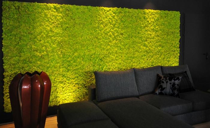 décoration d'intérieur avec panneau en mousse verte, sofa noir, coussins déco